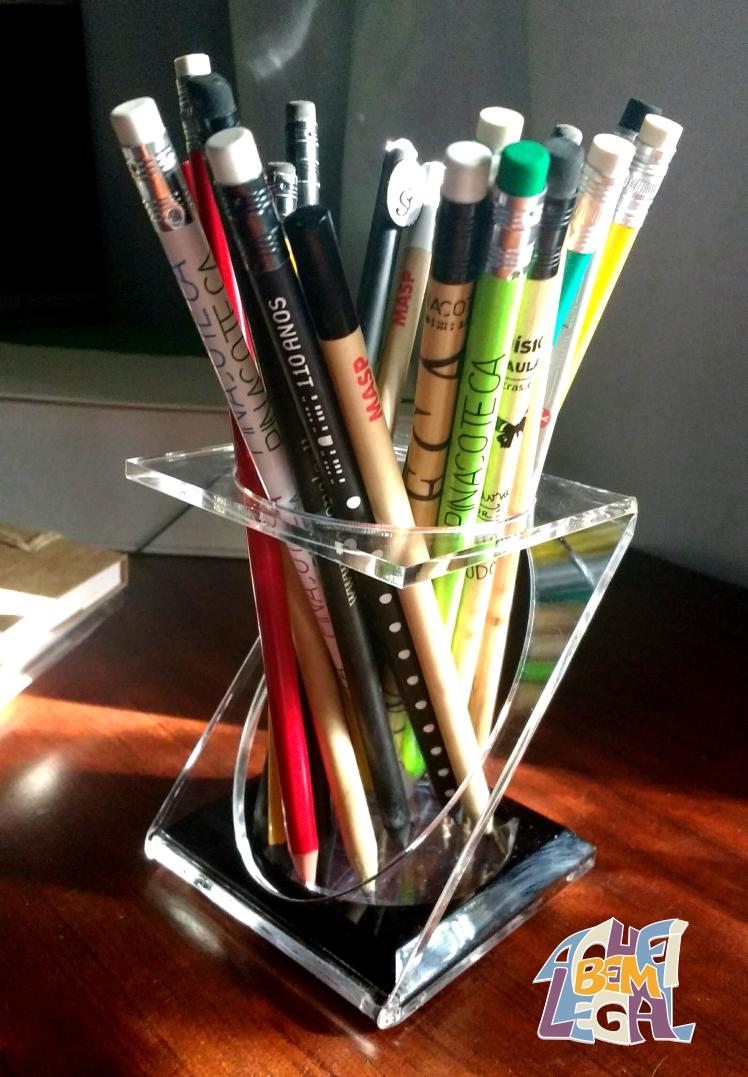 porta-lápis em acrílico na cor preta e transparente com design exclusivo