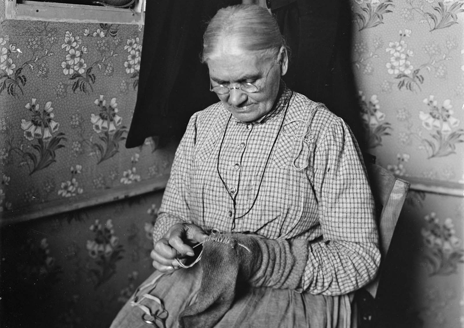 Mending socks for the American soldiers, Bureau of Refugees, Tours, September of 1918.