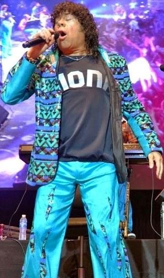 Foto de La Mona Jiménez cantando en concierto