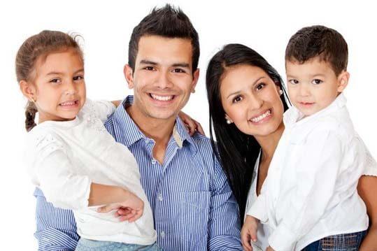 Papá y mamá sujetando a sus futuros hijos triunfadores en el brazo