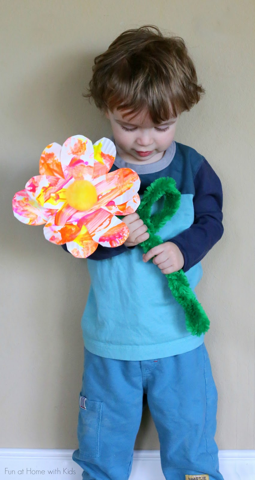 Super simple process art made into a beautiful spring flower!  Would be a great Mother's Day gift!  From Fun at Home with Kids