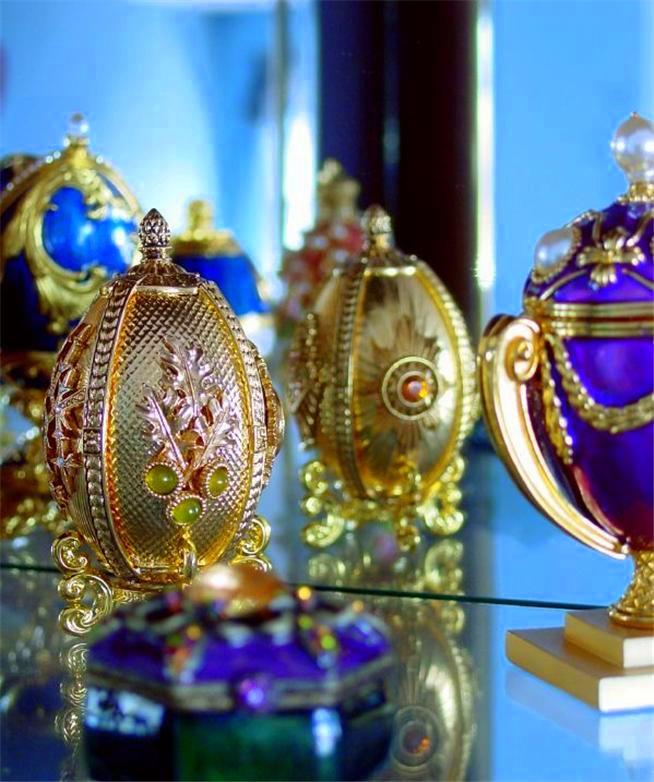 Foto de um Ovo de Fabergé - Vários em uma Prateleira