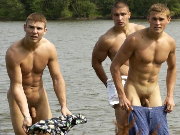 Hombres gay desnudos tomando el sol