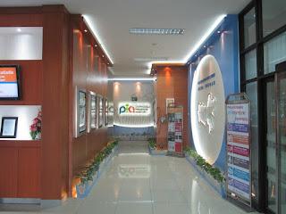 Interior Dinding Ruang Lobby Kantor Dengan Variasi Lampu dan Peta - Furniture Semarang