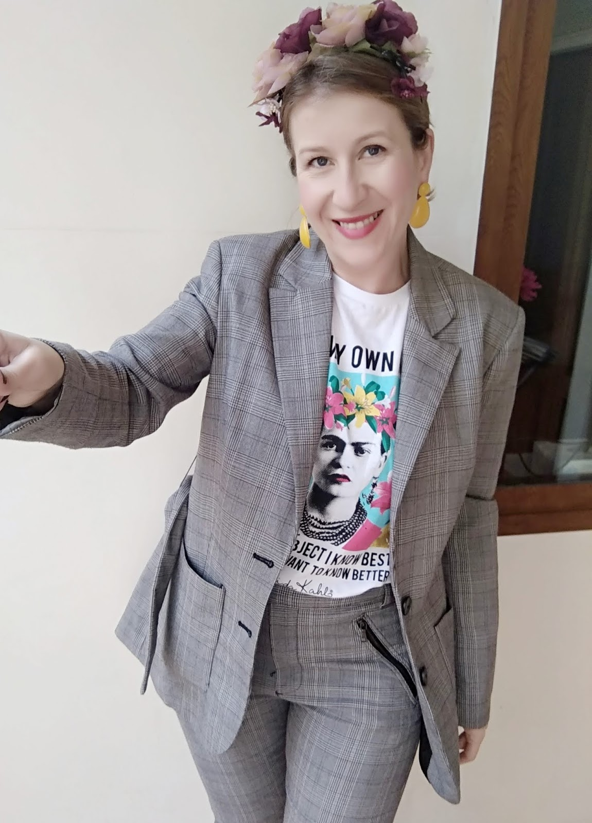 Camiseta Frida y traje cuadros