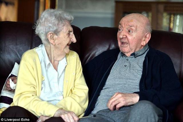 Nenek 98 Tahun Temani Anaknya Usia 80 Tahun di Panti Jompo