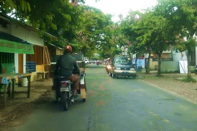 Becak  bermotor di jalan raya Kota Tasikmalaya