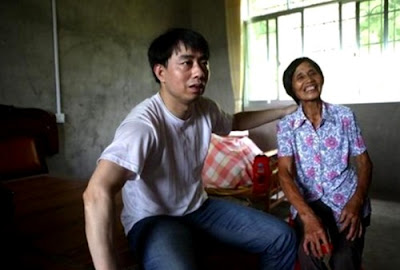 Zeng Aiyun, who spent 11 years on death row before being cleared, visits his mother in July 2015