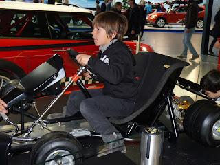 Izan con el simulador, BMW Welt.