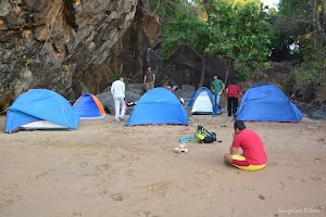 All trekkers preparing tents