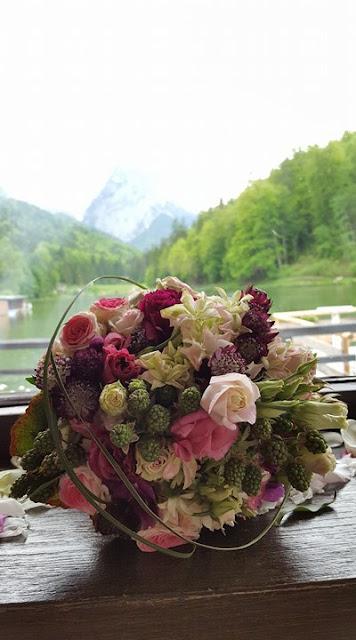 Brautstrauß mit Beeren und Rosen, kleine Hochzeit im Familienkreis, Trachtenhochzeit in Bayern, Garmisch-Partenkirchen, Riessersee Hotel, lila, rosa, violett, heiraten auf der Zugspitze, Hochzeitsplanerin Uschi Glas