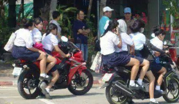 Bukan hanya dipakai orang dewasa saja yang notabene sudah memiliki izin untuk mengendarai, namun juga saat ini banyak kita temukan anak-anak pelajar menggunakannya untuk berangkat ke sekolah.