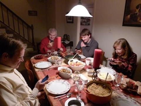 25 Pictures That Prove Technology Is Ruining Society - What a nice family dinner.