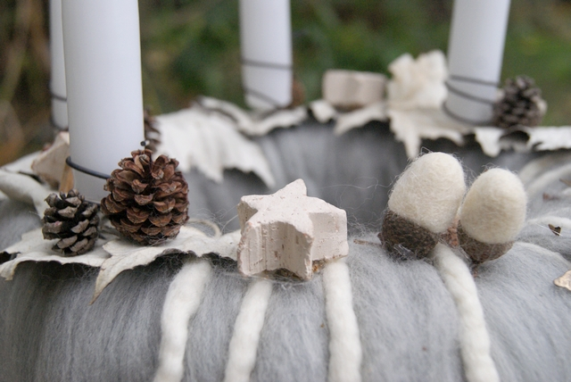DIY Adventskranz aus Filzwolle mit Pappelblättern, Filzeicheln und Sternen