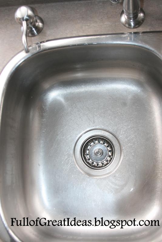 10 trików, które zmienią żmudne sprzątanie kuchni w przyjemność. Koniec z długim szorowaniem