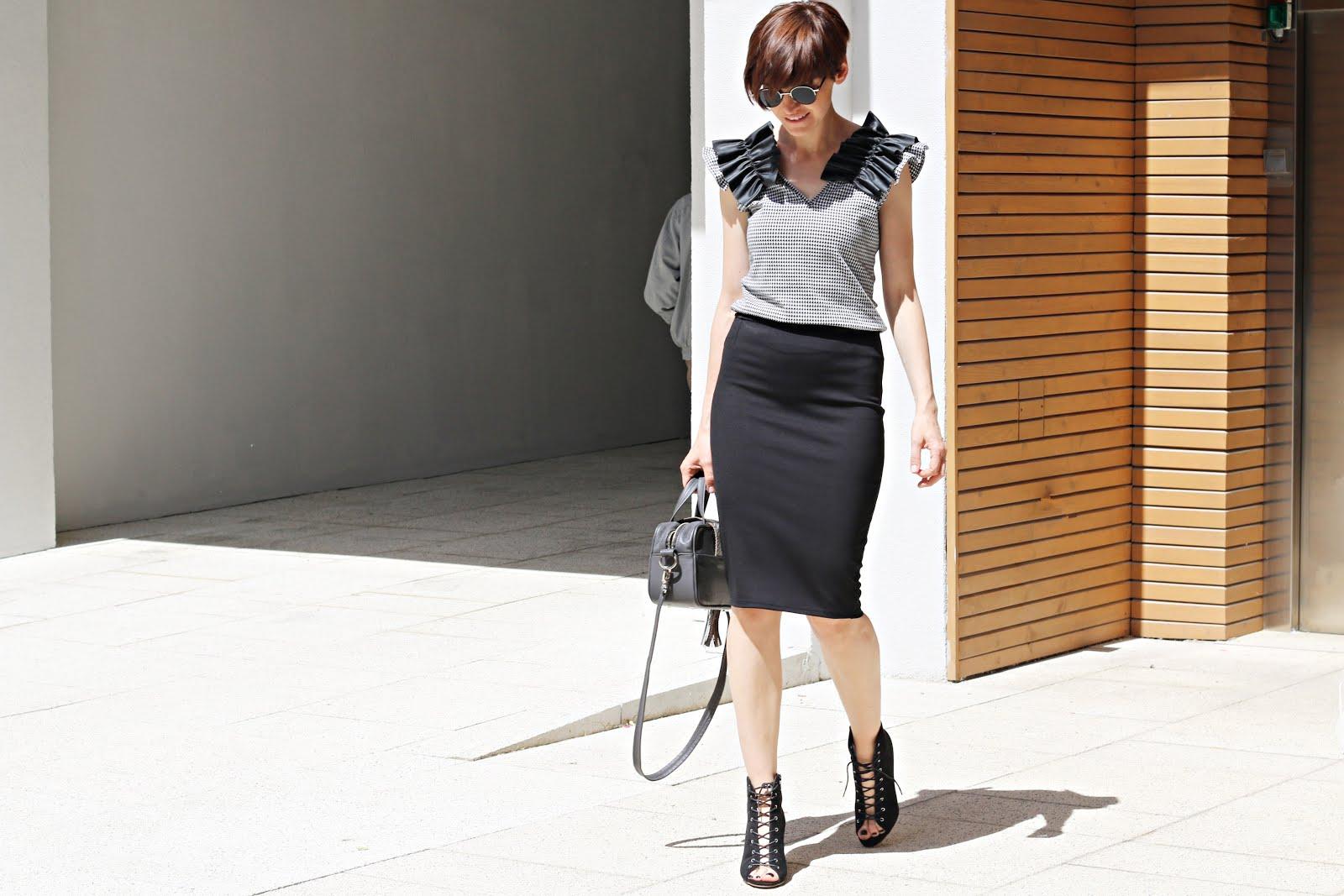 Stylizacja z klasyczna spodnica nie musi byc nudnabusiness casual, falbany, lato w biurze, lato w mieście, monochrome, myBag, novamoda style, ołówkowa spódnica, simi, spódnica, trendy