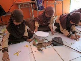 Anak-anak SD sedang asyik berkarya seni