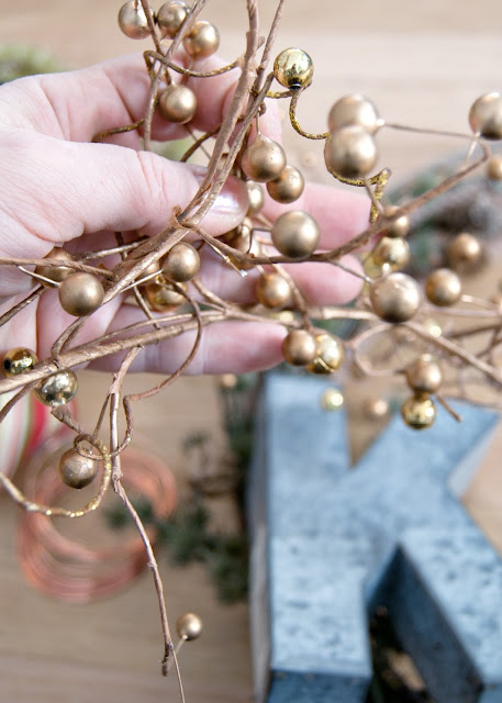 How to Make A Simple Winter Rope Wreath - step by step tutorial- gold berries