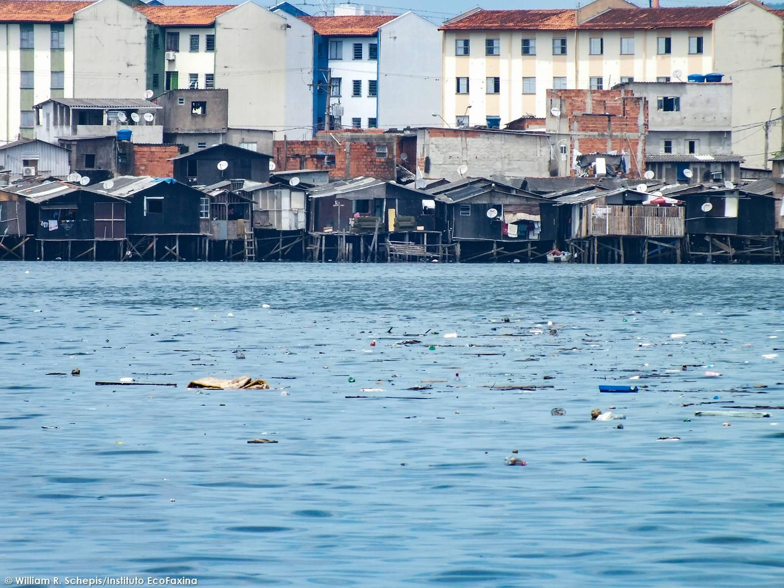 O lixo das palafitas transformou o estuário de Santos em uma enorme sopa de plástico.