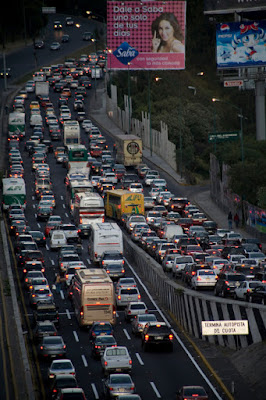 ¿Todo lo que trabajan estas personas irá para pagar los gastos del coche? ¿O a lo mejor ni siquiera pueden pagarlos?. Por sus caras deprimidas probablemente están atrapados en una red: El carro les sale más caro de lo que ganan. ¡Y encima el tiempo¡. ¿Qué podrían hacer con ese tiempo que malgastan atascados en el tráfico?