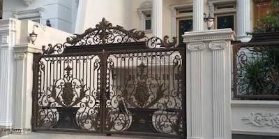 pagar besi tempa untuk menhiasi rumah klasik sederhana