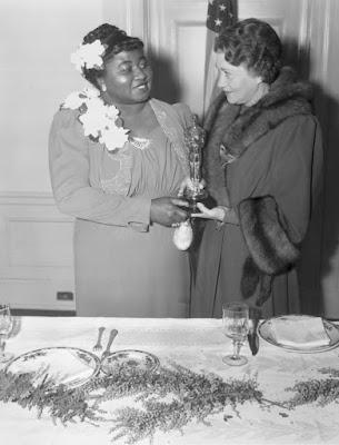 Hattie McDaniel recibiendo su Óscar