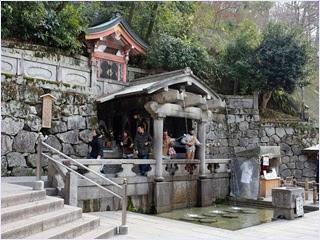 น้ำตกโอโตวะในวัดคิโยมึสึเดระ (Kiyomizudera Temple)