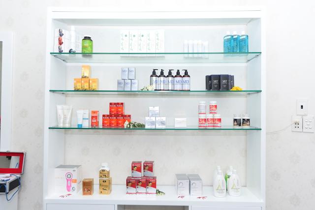 Tủ trưng bày một số loại mỹ phẩm tại Công ty Mỹ Phẩm Hoa Anh Đào