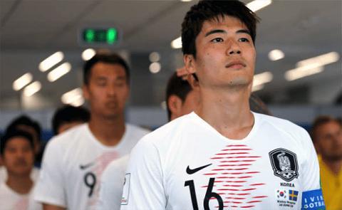 Cầu thủ Ki Sung-Yueng chuẩn bị ra sân