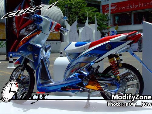 Foto Gambar Modifikasi Honda Vario mengcustom jok menjadi tipis dengan varian warna begitupula dngan shockbreaker bagian mesin bawah motor mengganti ban dengan ukuran 15 inci dan velg berwarna silver.