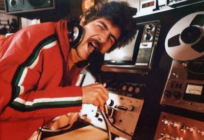 """Julinho Mazzei, em seu """"home studio"""", em Nova York, no começo da década de 80: seu estilo de locução original influenciou várias gerações de locutores nas décadas seguintes (foto: blog Todo DJ Já Sambou)"""