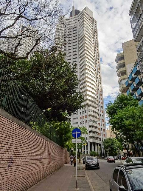 Torre de departamentos en Buenos Aires visto desde la vereda