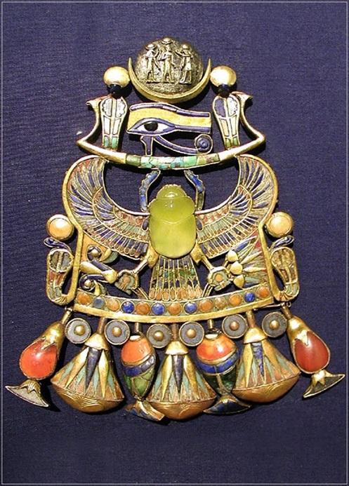 materiale che era usato per fare un coleottero che fa parte del Petto Corazzato del Re Tut, il faraone egiziano che regnò dal 1336 al 1327 aC