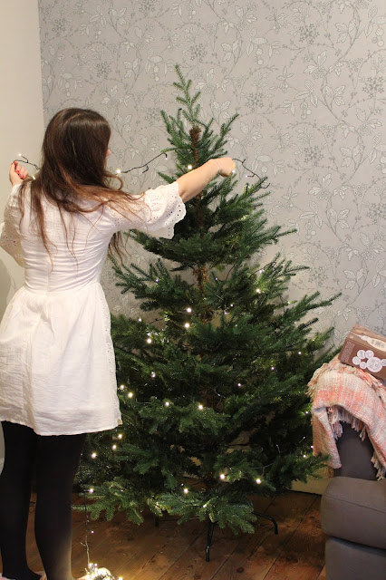 how to hang fairy lights on christmas tree
