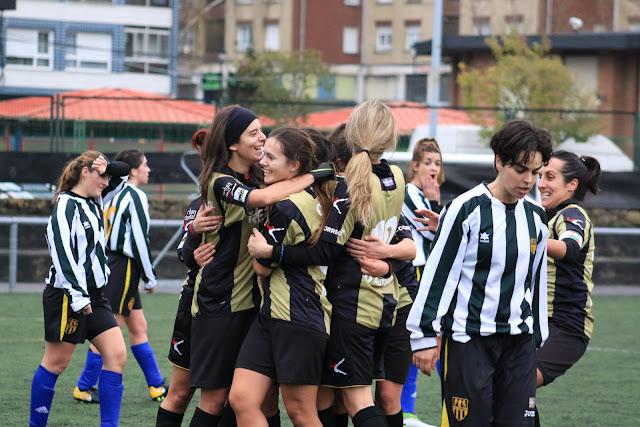 Las jugadoras del Barakaldo celebran su gol
