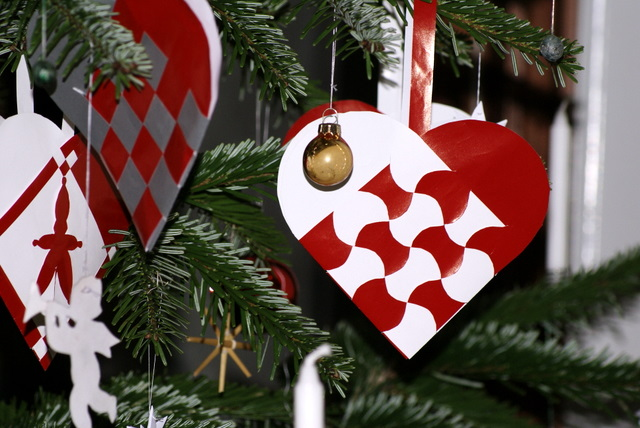 The Pleated Christmas Heart | Thrifty Scissors