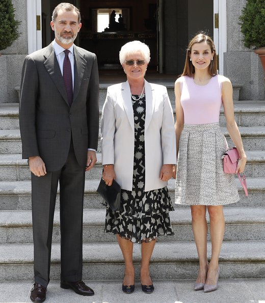 Queen Letizia met with Princess Muna Al Hussein. Queen Letizia wore Hugo Boss Rizalia Flare skirt and carried Uterque bag