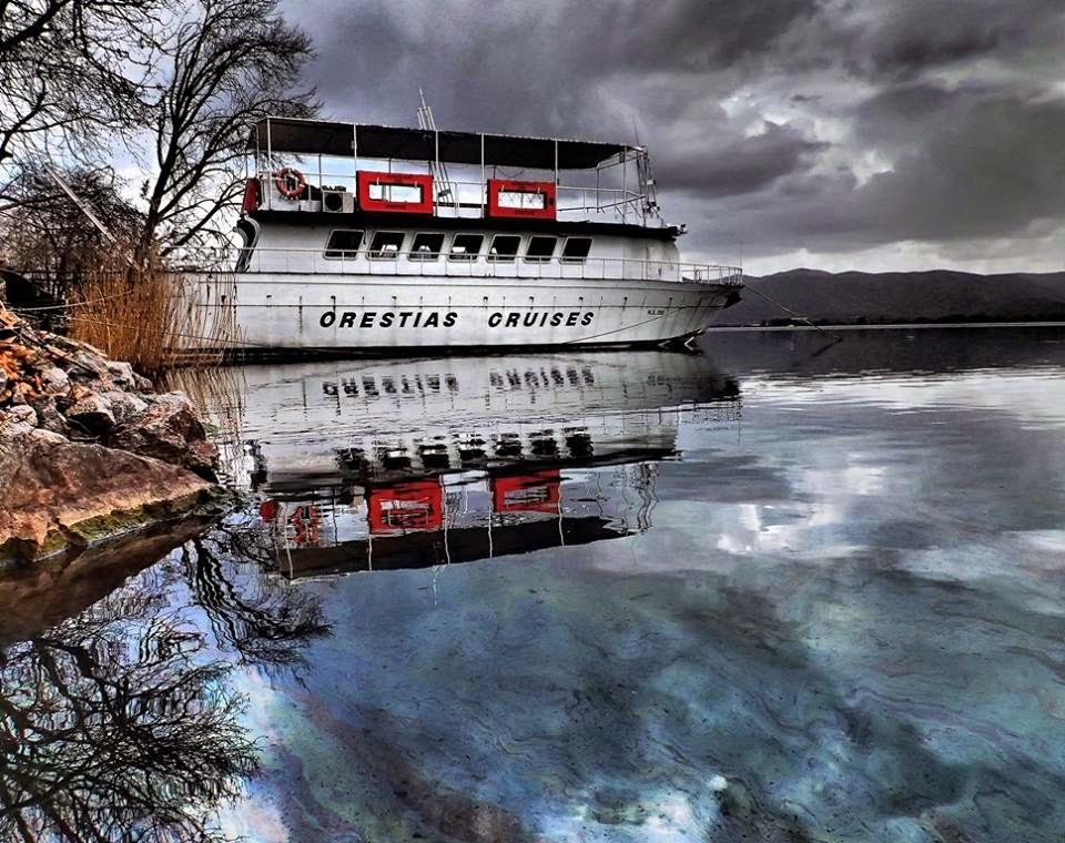 Διαρροή πετρελαίου στη λίμνη της Καστοριάς; (φωτογραφίες)