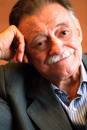 Foto de Mario Benedetti con bigote blanco