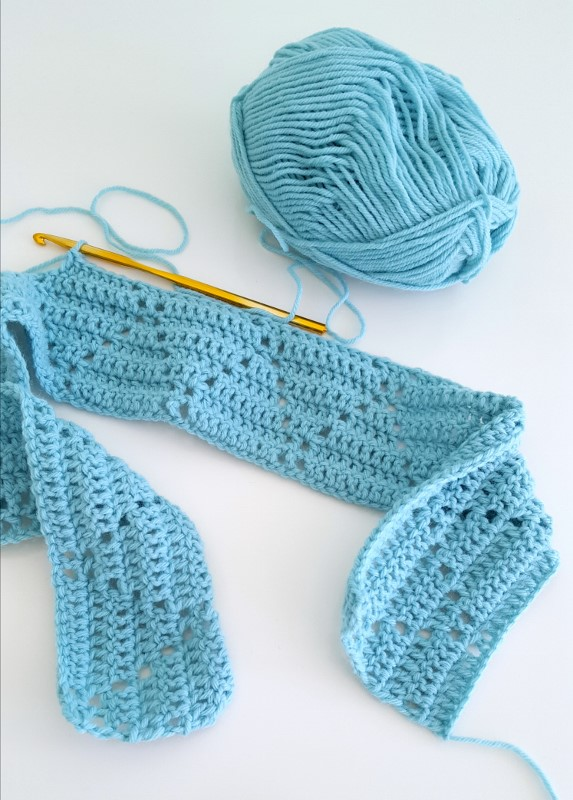Make this cute and easy peek-a-boo crochet baby blanket!