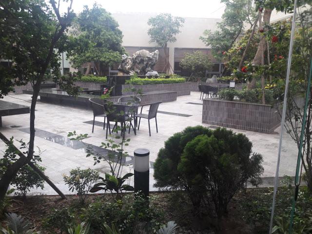 Khuôn viên sân vườn được trang trí mát mắt với nhiều cây xanh