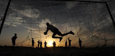 fonte:<https://uolesporte.blogosfera.uol.com.br/2014/12/02/13-maneiras-de-jogar-futebol-na-rua/>