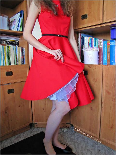 Czerwona sukienka z czarnym paskiem i halką petticoat