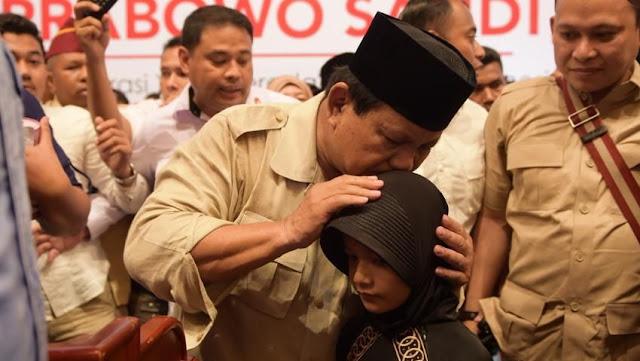 Prabowo dapat 'Surat Cinta' dan Celengan dari Gadis Cilik Gendis di Medan