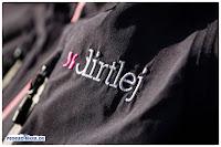 Den Dirtlej Dirtsuit gibt es mit unterschiedlichen Farbakzenten, aber immer in der Hauptfarbe grau.