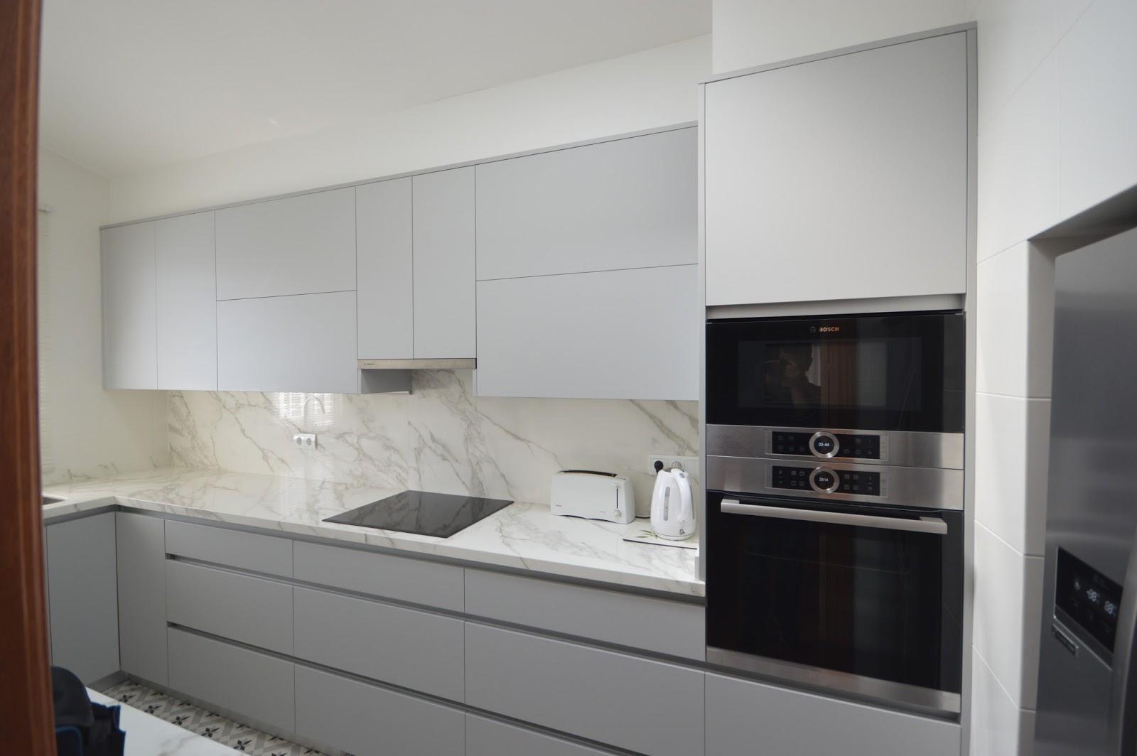 Reuscuina muebles de cocina gris con gola y neolith pulido for Muebles de cocina gris