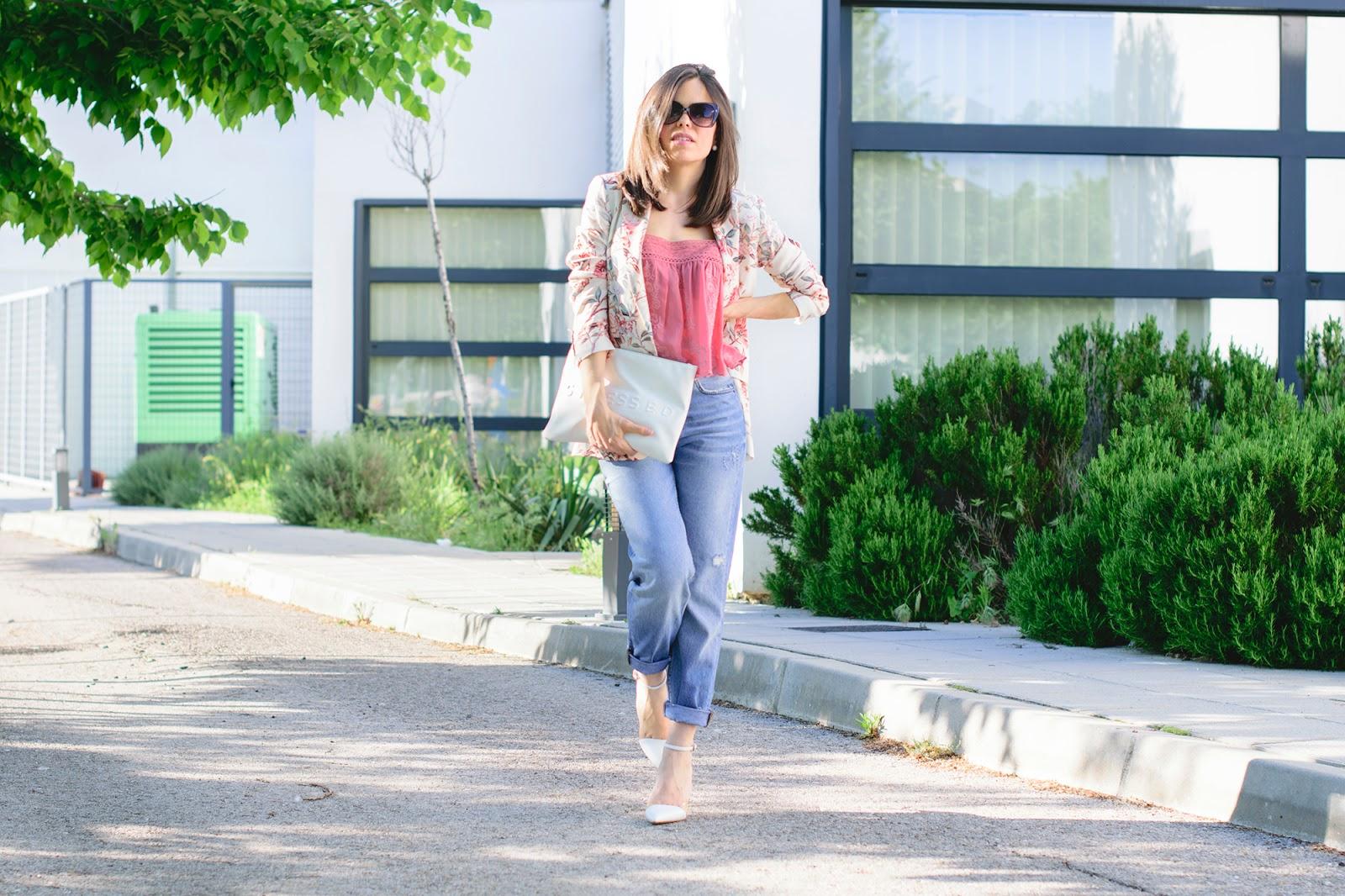 Look con mom jeans y blazer de flores de Zara