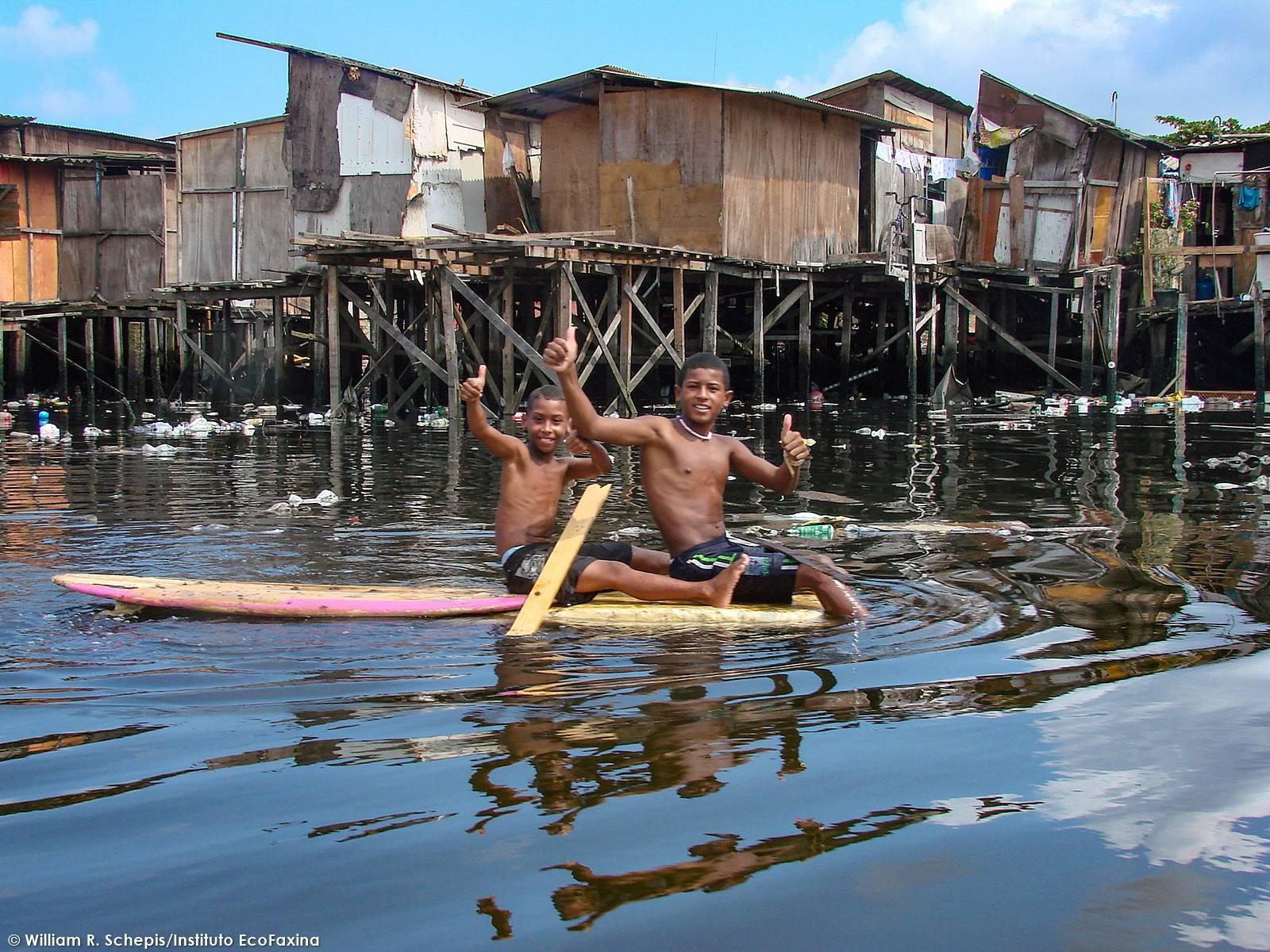 Milhares de crianças ainda convivem muito com lixo e esgoto no estuário de Santos.
