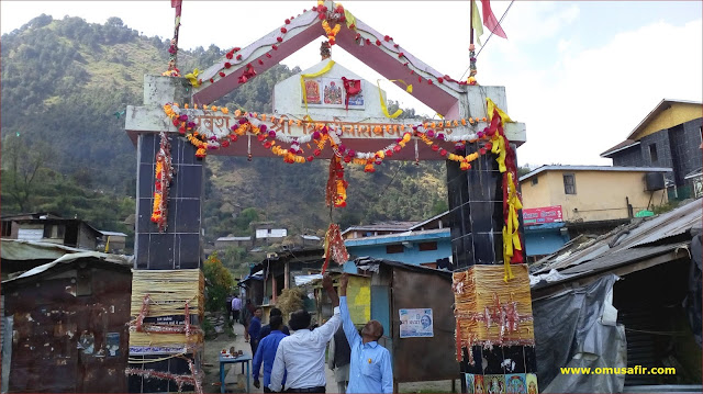 triyuginarayan temple entrance