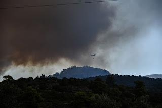 Νύχτα κόλασης ζει η Εύβοια από την μεγάλη φωτιά που μαίνεται στα Ψαχνά.